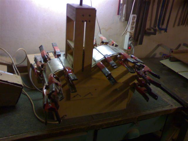 Ohýbání lubu kytary - namočený materiál se ve formě několikrát zahřeje na teplotu 140° C. Při dosažení této teploty dochází k plastifikaci dřeva a lub zůstává ve zvoleném tvaru.